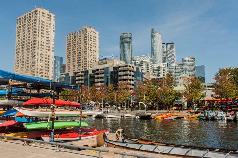 Bild 10 Toronto Harbourfront bunte Kanus